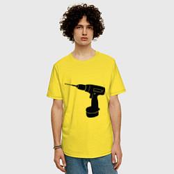 Футболка оверсайз мужская Она: перфоратор цвета желтый — фото 2
