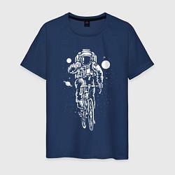 Футболка хлопковая мужская Космонавт на велосипеде цвета тёмно-синий — фото 1