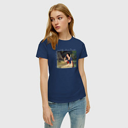 Футболка хлопковая женская Белоснежка поёт цвета тёмно-синий — фото 2